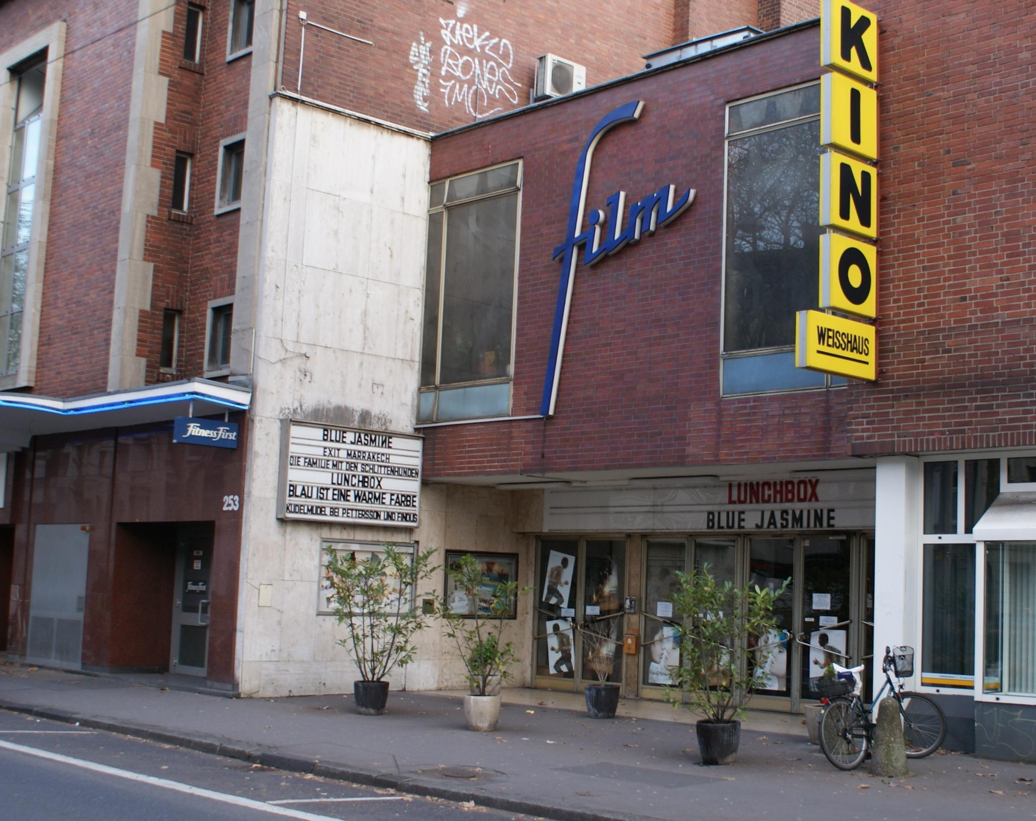 Die Fassade des Weisshaus-Kinos in Köln