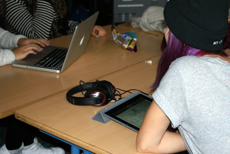 Schülerin mit iPad am Tisch