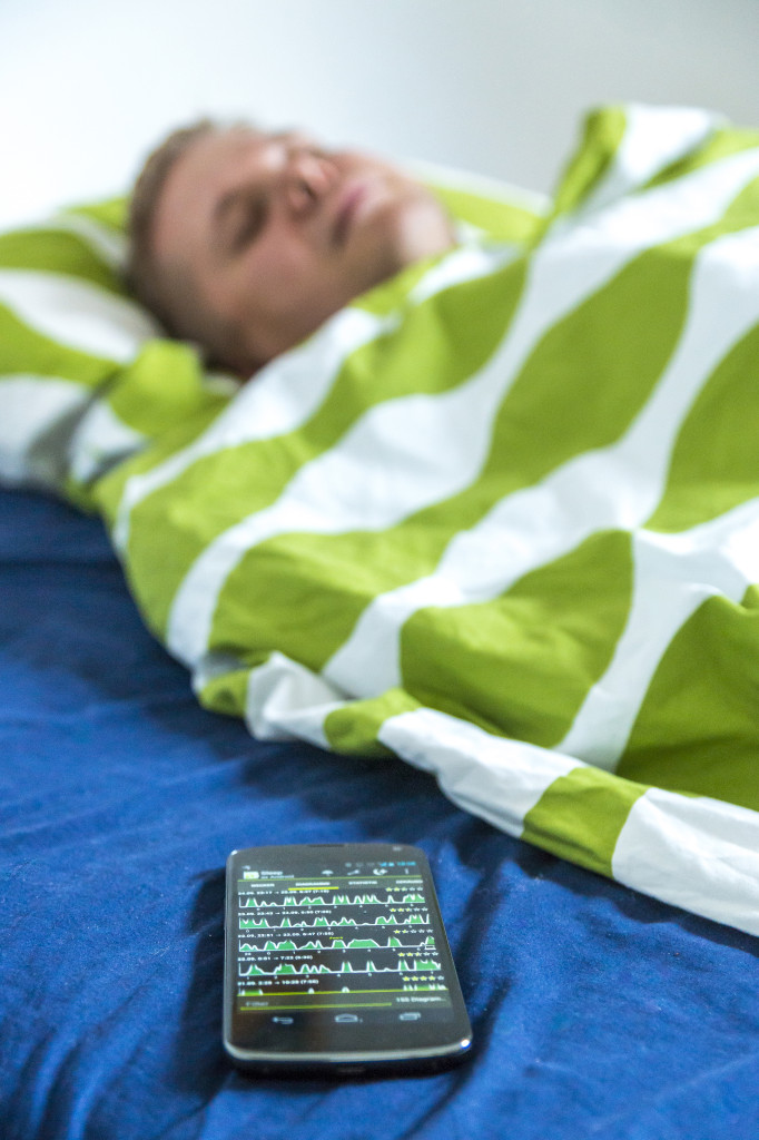 Mit Hilfe seines Smartphones misst Andreas Schreiber sein Schlafverhalten.