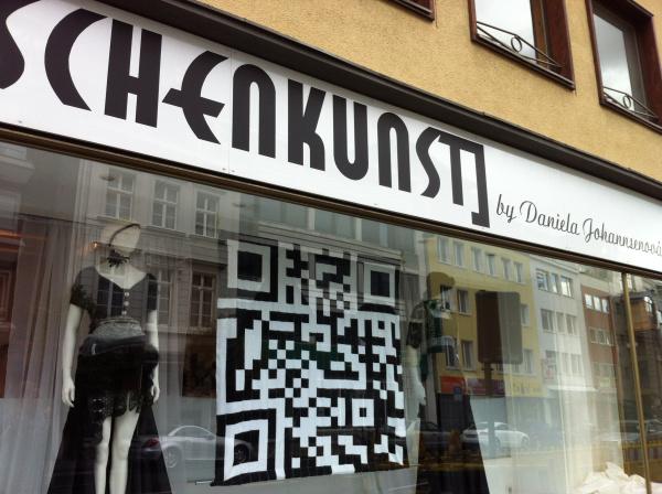 """Der gestrickte QR-Code des Kölner Ladens """"Maschenkunst"""""""
